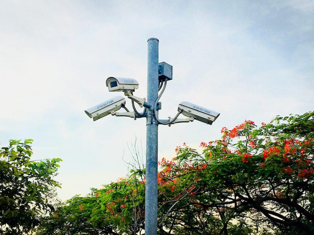 Sicherheitskamera outdoor an Pfoten vor blauem Himmel