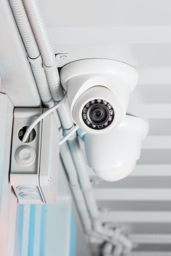 Weiße Überwachungskamera an der Containerdecke montiert, Baustellenüberwachung